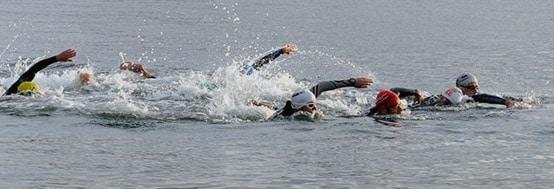 groupe-de-nageur-triathlon-qui-sont-een-train-de-nager-le-crawl